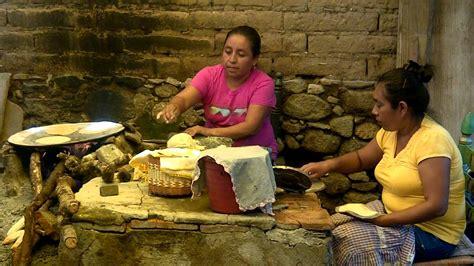 mujres asiedo haciendo tortillas a mano coatetelco morelos mexico youtube