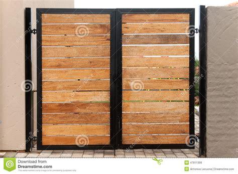 Porte D Atelier Coulissante 2942 by Gartentor Hergestellt Vom Holz Und Vom Eisen Stockbild