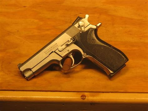 k d smith auctions smith wesson s w 5906 9mm pistol 15rd stainless steel