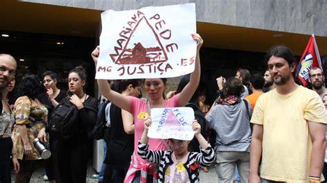grupo protesta contra a vale no rio por rompimento de
