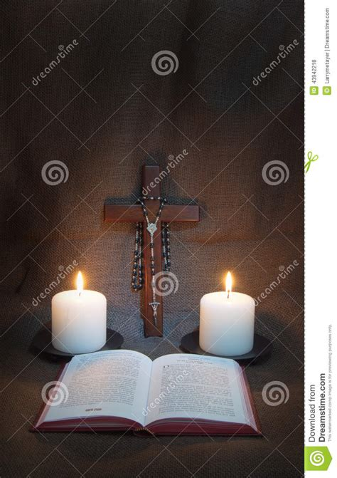 libro dos velas para el libro de oraci 243 n rosario crucifijo y dos velas foto de archivo imagen 43942218