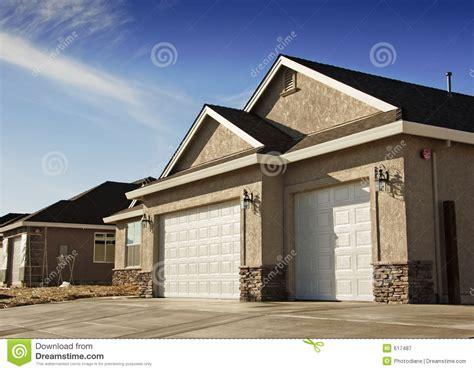 Neues Haus Mit Grundstück Kaufen by Neues Haus Garage Lizenzfreie Stockfotografie Bild 617487