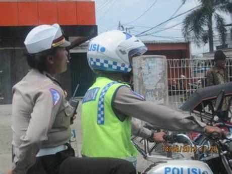 asiktau gila polwan tidak memakai helm  dibonceng