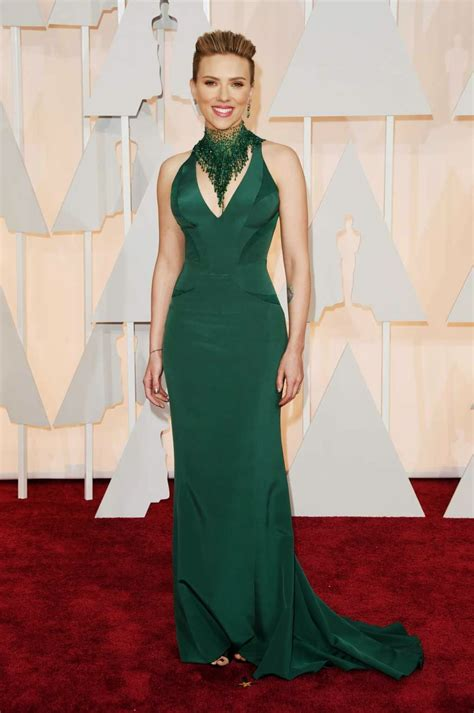 scarlettjohanssonhaircut at the oscars scarlett johansson wears a figure hugging versace gown to