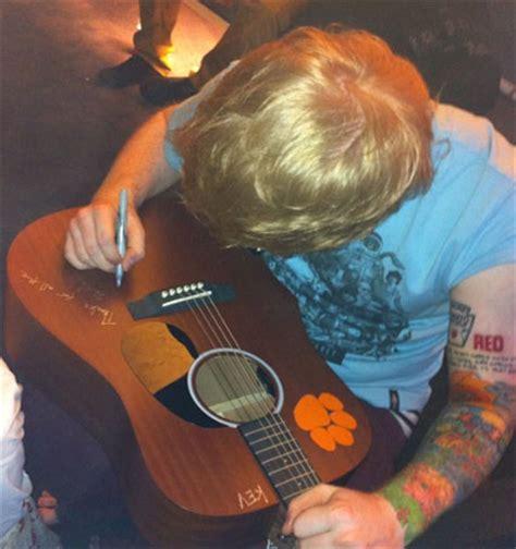 ed sheeran arm tattoo watch ed sheeran s taylor swift tatt vs justin