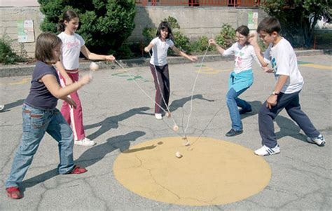 imagenes de niños jugando al trompo el domingo juegos tradicionales