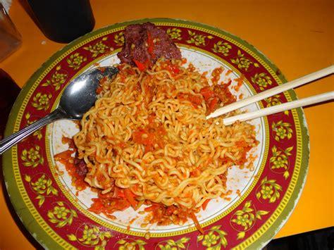 membuat mie goreng dengan indomie 7 manfaat tersembunyi makanan pedas 8share indonesia