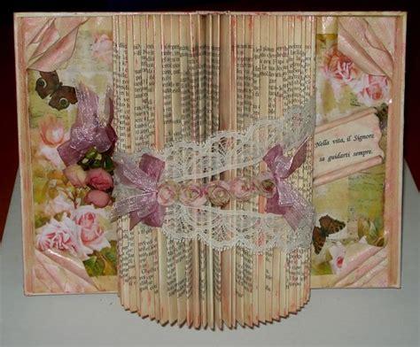 fiori con nastri libro scultura decorato con nastri pizzo e fiori