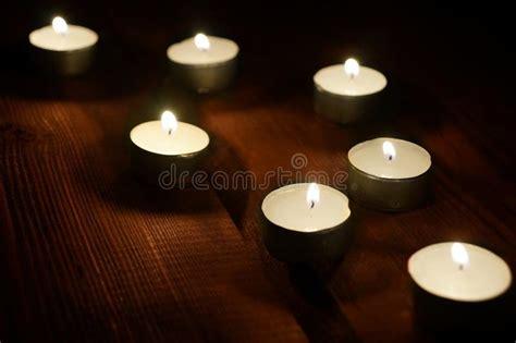 foto candele accese sette candele accese decorative fotografia stock