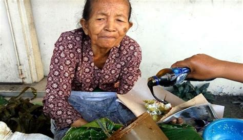 Jajanan Pasar Paling Dicari inilah mbah satinem nenek 75 tahun penjual jajanan pasar