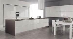 Beau Cuisine Noire Laquee #2: 1-cuisine-laqu%C3%A9e-blanche-meubles-de-cuisine-laqu%C3%A9es-sol-en-carrelage-gris-meuble-de-cuisine-modernes.jpg