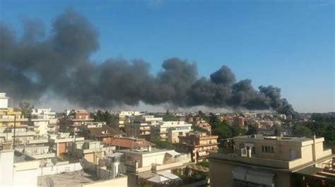 sfascia carrozze roma roma incendio in uno sfasciacarrozze paura nube tossica