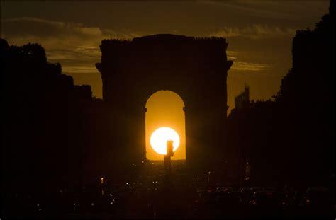 hugo y el arco la puesta de sol y el arco de triunfo en par 237 s francia el universo hoy