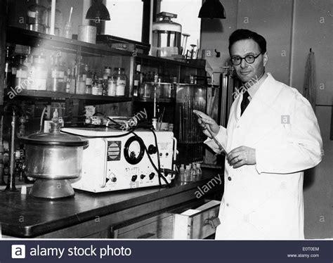 imagenes de hans adolf krebs hans adolf krebs m 233 dico trabajando en su laboratorio foto
