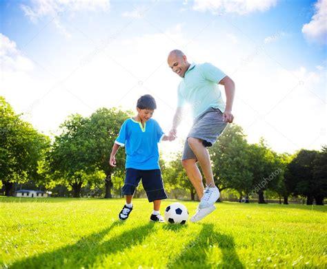 imagenes de niños jugando con sus padres ni 241 o jugando al f 250 tbol con padre foto de stock