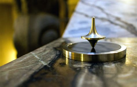 picture metal spinning top focus gold