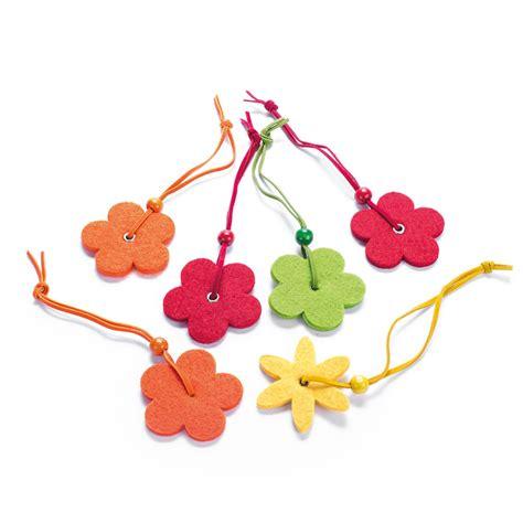 farfalle e fiori decorazioni e chiudipacco in feltro fiori e farfalle