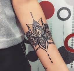 tatouage de femme tatouage fleur de lotus noir et gris