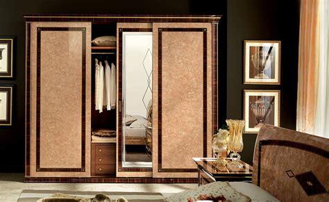 il grande armadio armadio in legno macassar con specchio serigrafato