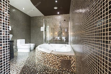bagno moderno con vasca bagno moderno con vasca idromassaggio foto stock