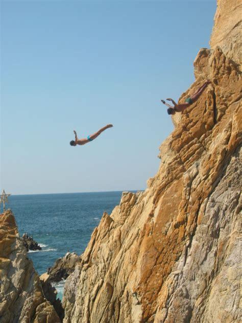 la quebrada acapulco file cliffdivers in la quebrada acapulco guerrero