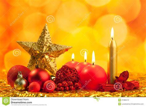 imagenes velas rojas encendidas estrella de oro de la navidad con las velas rojas