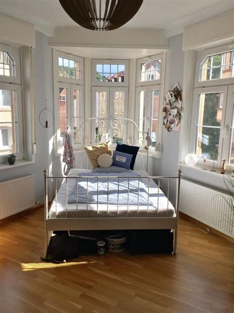 schmale schlafzimmer einrichten ideen idee f 252 r den schlafbereich im hellen erkerzimmer wg