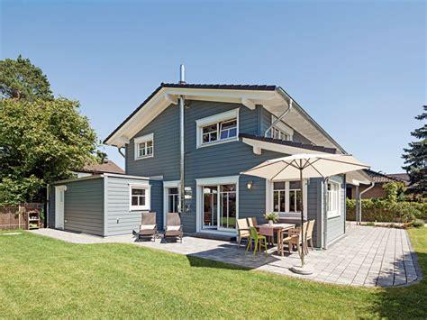 Graue Fassade Rotes Dach by Mehrschaliges Massives Holzhaus Mit Grauer Edler Fassade