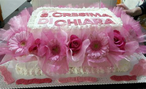 torta con fiori freschi torta di panna e fragole con fiori freschi e tulle e