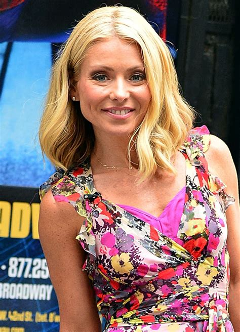 how does kelly ripa do her hair kelly ripa s haircut is the perfect way to go sleek for