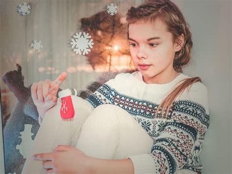 giochi di sedere foto gratis giovane donna ragazza gioco stanza