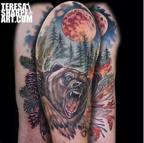 tatuaje en el brazo oso pardo feroz en el bosque