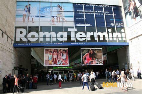 negozi di ladari a roma termini saccheggiati i negozi della stazione tre arresti