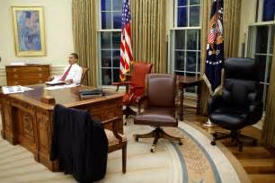 White House Oval Office Desk File Barack Obama Trying Differents Desk Chairs In The Oval Office Jpg Wikimedia Commons
