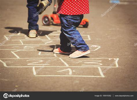 imagenes de niños jugando rayuela ni 241 os jugando rayuela en el patio al aire libre foto de
