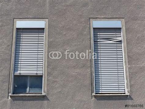 jalousien bielefeld hohe b 252 rofenster mit klapprigen jalousien in einer grauen