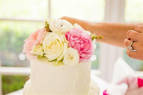 como decorar um bolo de casamento 6 maneiras diferentes de decorar o bolo de casamento