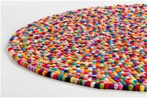 como hacer una alfombra con retazos de tela todo c 243 mo hacer una alfombra con bolas de fieltro alfombras