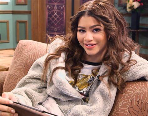 hair style kc undercover zendaya answers fan questions on facebook extratv com
