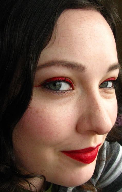 Eyeliner Warna Putih tips makeup merah putih di hari kemerdekaan