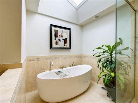 Bien Tableau Pour Salle De Bain #1: tableau-salle-bain-abstrait-au-dessus-baignoire-ilot-ovale.jpg