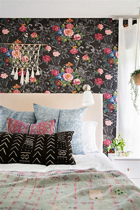 Supérieur Couleur Papier Peint Chambre #4: 1-jolie-chambre-a-coucher-avec-papier-peint-fleuri-plafond-blanc-et-lit-avec-coussins-modernes.jpg