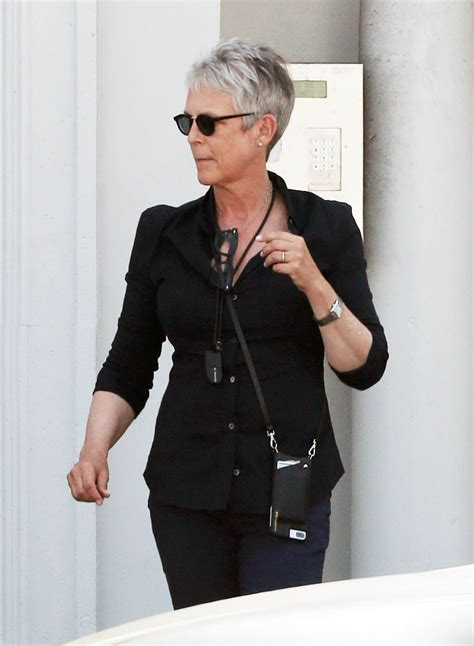 jamie lee curtis jamie lee curtis buying a gift basket west hollywood 3
