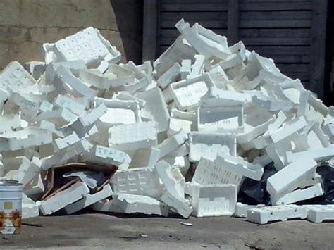 cassette polistirolo montagna di cassette di polistirolo vicino all imbarco per