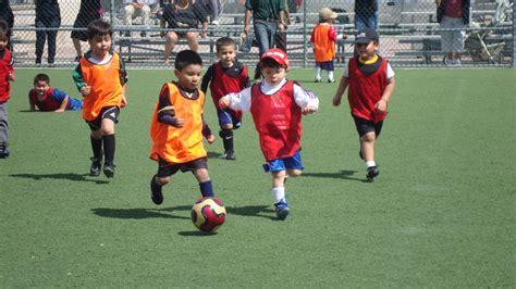 imagenes infantiles niños jugando futbol los ni 241 os jugando futbol imagui