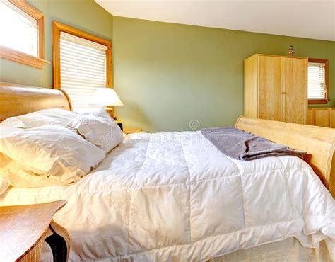 pareti verdi da letto da letto con le pareti verdi ed il letto bianco
