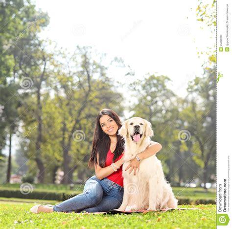 mujer se pega con perro mujer se pega con su mascota chica joven que presenta con