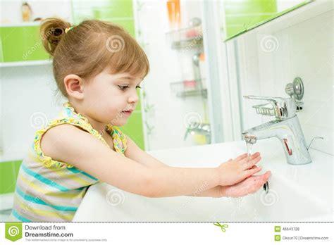 ni 241 a que se lava las manos en cuarto de ba 241 o foto de