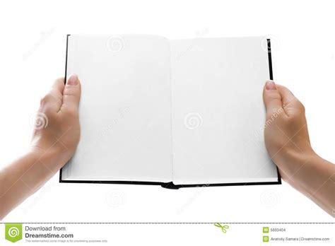 libro las oscuras manos del manos que sostienen un libro abierto con las paginaciones en blanco imagenes de archivo imagen