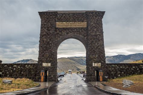 roosevelt arch driving the yellowstone loop yellowstone national park